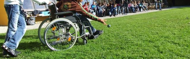 Rollstuhlfahrer transportieren